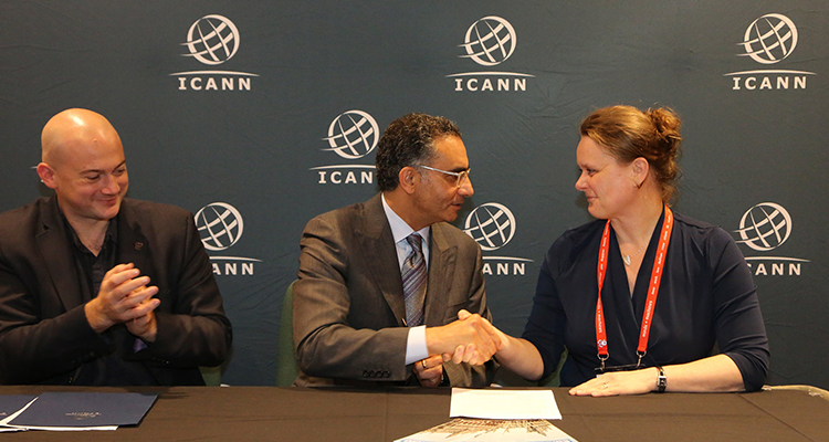 Photo of handshake between ICANN President & CEO, Fadi Chehade, and EuroDIG Managing Director, Sandra Hoferichter