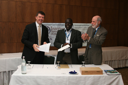 The .ci signing. Left to right: Vint Cerf (ICANN chairman); Souleymane Oumtanaga (NIC Cote d'Ivoire); Paul Twomey (ICANN president and CEO)